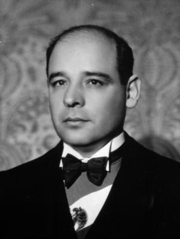 Tras la renuncia de Pascual Ortiz Rubio, Abelardo L. Rodríguez asume la presidencia.