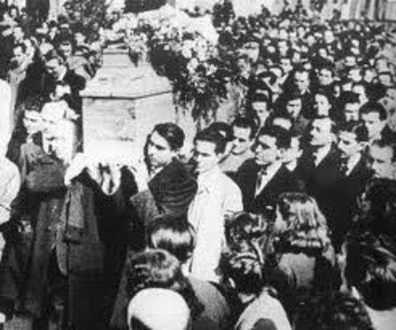 Η κηδεία του Κωστή Παλαμά μετατρέπεται σε σιωπηρή αντικατοχική εκδήλωση