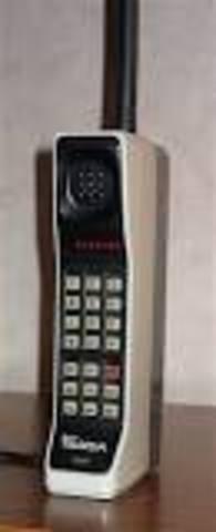 Выпущен первый прототип портативного сотового телефона — Motorola DynaTAC.