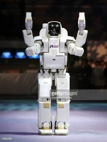 """SONY presenta un pequeño humanoide en la """"Robodex 2000""""."""