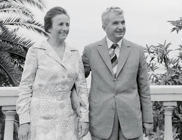 La reina recibe a Nicolae Ceaușescu, dictador de Rumania