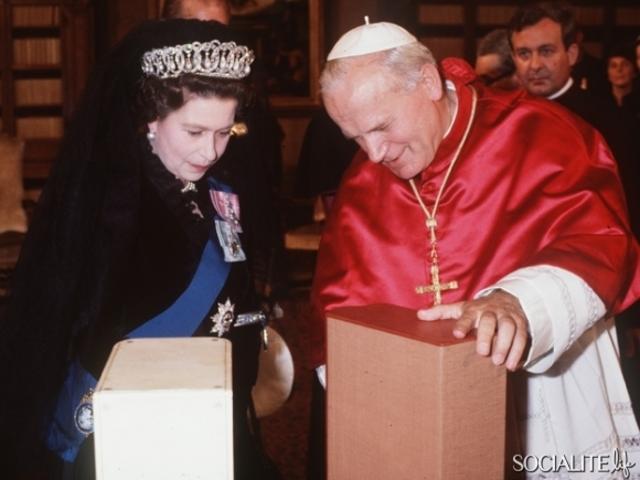 Isabel II se reúne con el papa Juan Pablo II