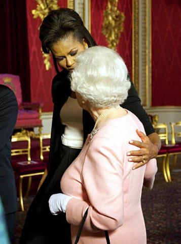 La reina se reúne con la primera dama de Estados Unidos Michelle Obama