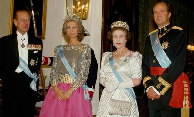 Isabel II realiza el primer viaje oficial a España de un soberano británico.