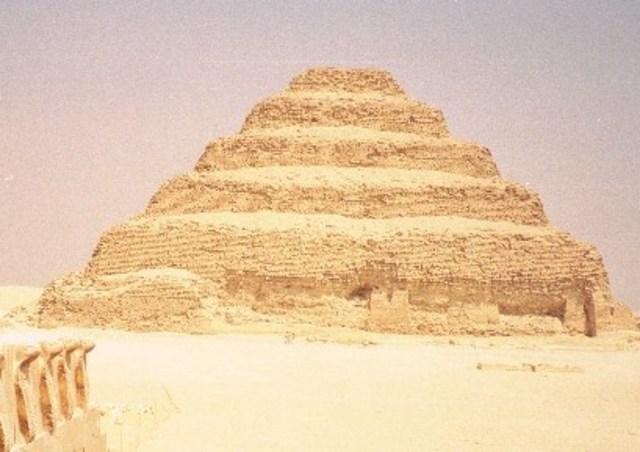 De eerste piramide.
