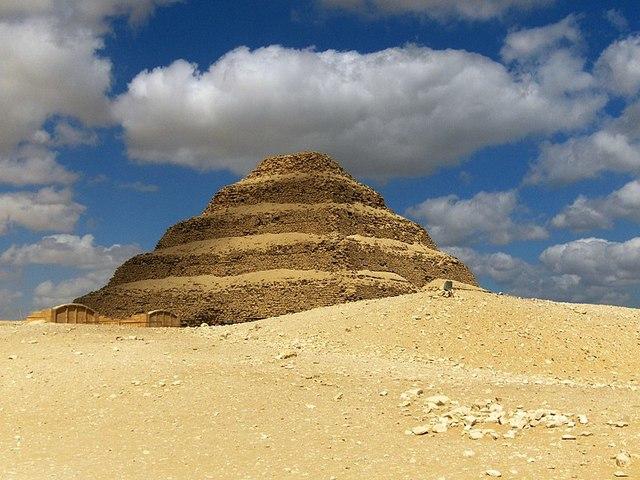 Bouw van de eerste piramide