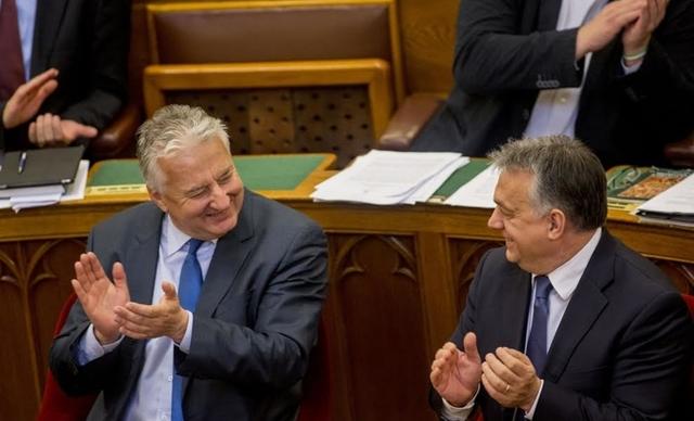 Orbán háta mögé