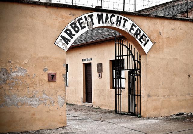 LOS NAZIS INAUGURAN EL CAMPO DE TEREZIN