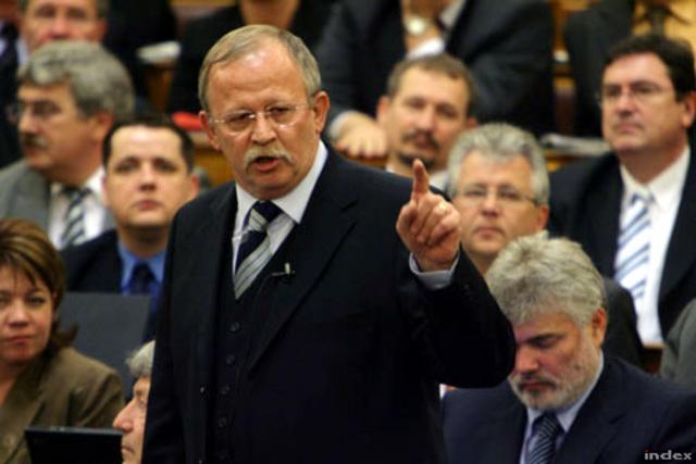Kuncze Gábor az elnöki pozicíóban
