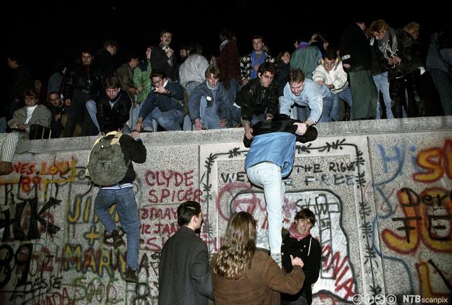Berlinmuren blir revet ned