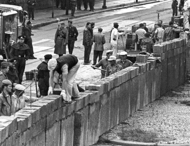 Berlinmuren settes opp