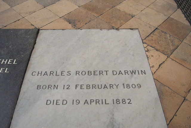 Charles Darwin fallece