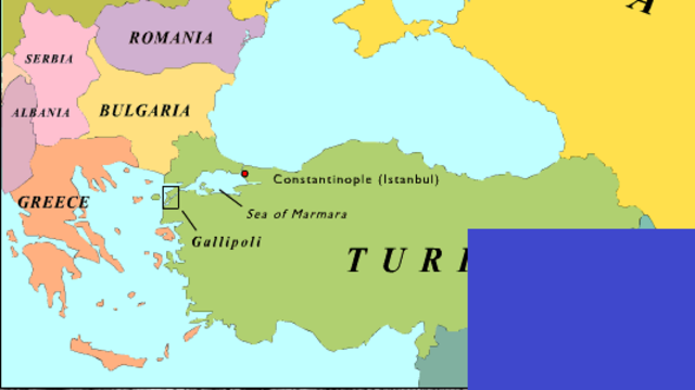 Tropas inglesas, neozelandesas, australianas y francesas intentan desembarcar en la península de Galípoli, pero las bloquean las tropas turcas, dejando 180.000 muertos aliados y 66.000 turcos