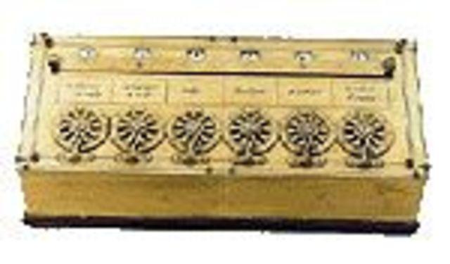 """Francés matemático, Blaise Pascal construyó la máquina que sumaba (la """"Pascalina"""")."""
