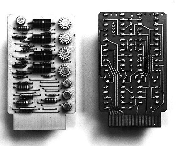 Se inventan los circuitos integrados