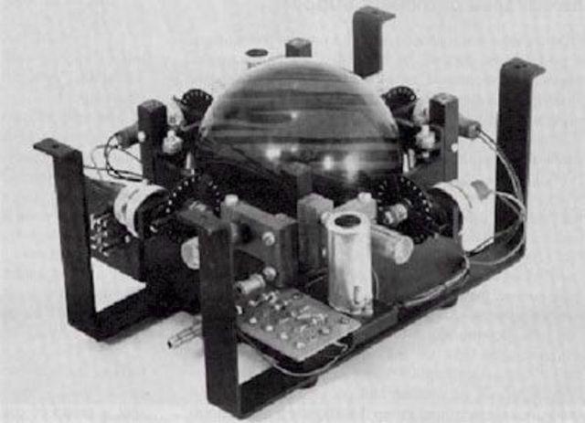 Nace el primer trackball, creado por la Marina.