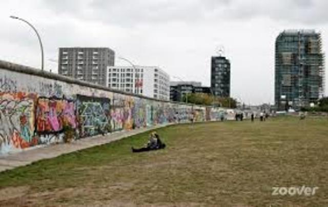 Berlinermuren blir byggd