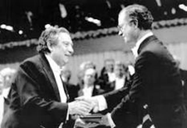 Octavio Paz recibe el premio Nobel de literatura por la paz.