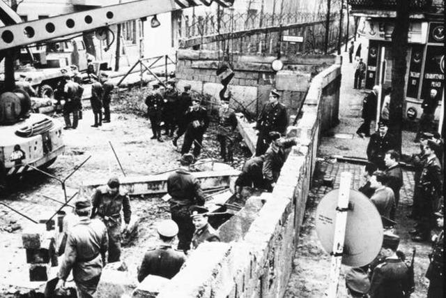 Berlinmuren manifesterer den kalde krigen.