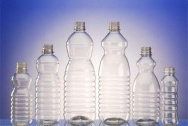 Se inventa el plástico.