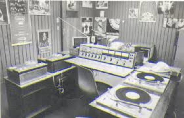 Se construye la primera radio de frecuencia modulada (FM)