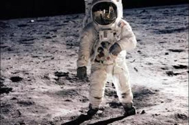 El ser humano llega a la Luna.