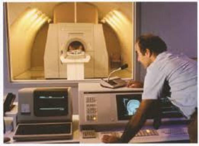Se introduce la resonancia magnética nuclear (MNR) para diagnóstico médico.