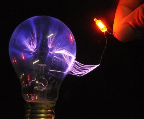 Michael Faraday descubre la relación entre la electricidad y el magnetismo.