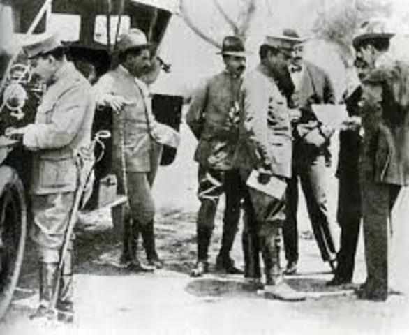 El general Álvaro Obregón, como representante del Ejército Constitucionalista firma los tratados de Teoloyucan.