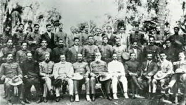 Carranza desconoce a la Convención y establece su gobierno en Veracruz. Los convencionistas, encabezados por Villa y Zapata, avanzan sobre la ciudad de México.
