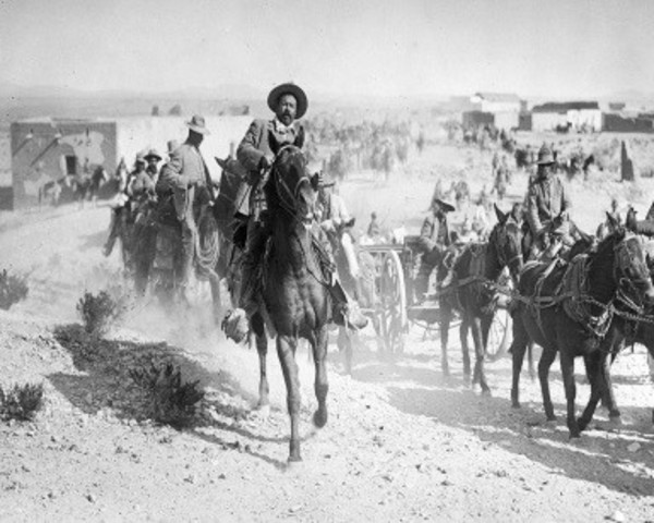 Pancho Villa invade Columbus, población fronteriza de Nuevo México.