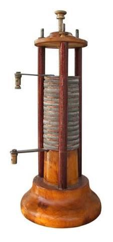Alessandro Volta crea la primera batería voltaica.