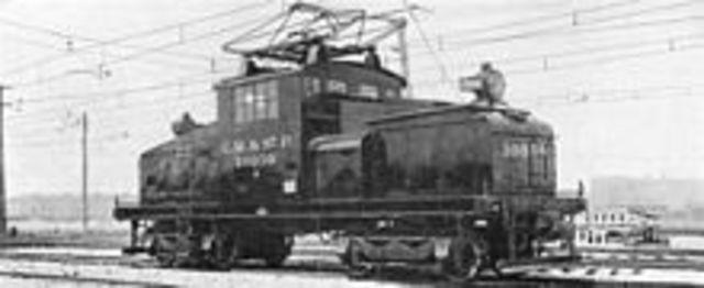 Invención de la locomotora eléctrica.