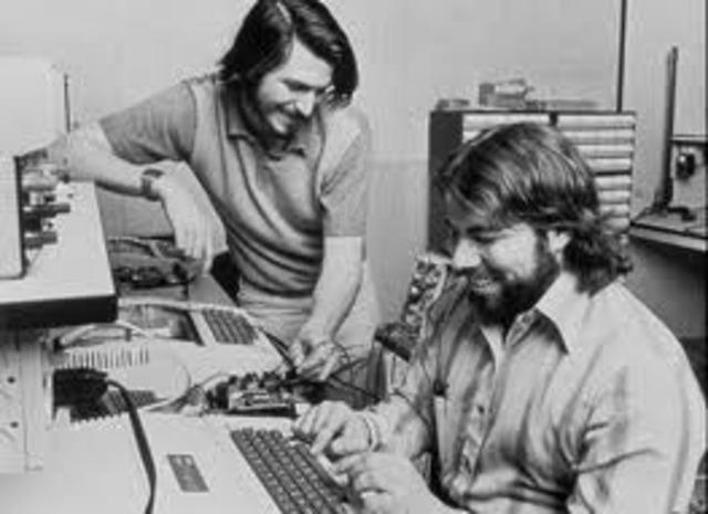 Steve Wozniak (1950-) e Steve Jobs (1955-) terminam o projeto do micro Apple I
