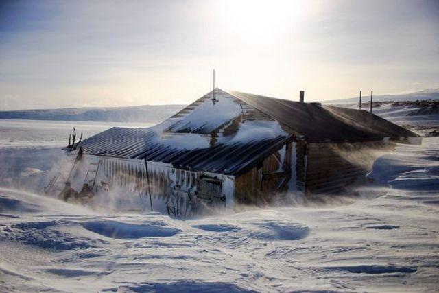 Amundsen reaches Antarctica