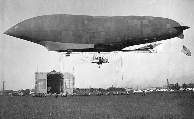 Vito Volterra contribuye al desarrollo de los dirigibles.