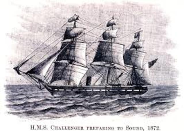 El barco HSM Challenger parte des de Portsmouth, Inglaterra.