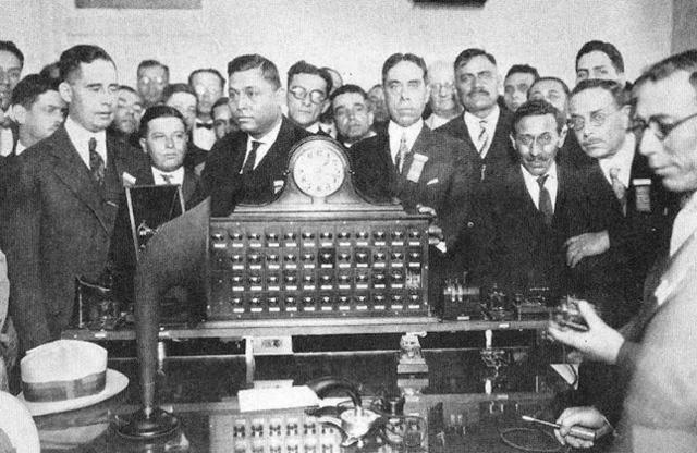 Primer transmisión de radio oficial en México.