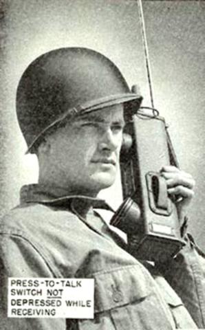 Segunda Guerra Mundial (1941) Transceptores desarrollados por Motorola para el Ejército de los EE.UU. Usados con fines militares.