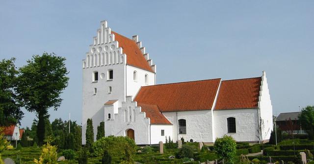 De første kirker bygges i Hedeby og Ribe