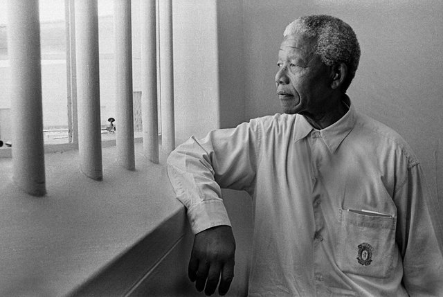 Mandela and the co-defendants avoid the death penalty, but are sentenced to life imprisonment and sent to the prison island of Robben Island, in front of the Cape. He will purge his sentence under the prisoner registration number 46,664.