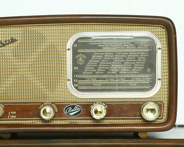 Guglielmo Marconi bygger den første radio og begyndelsen på en verden med trådløs kommunikation begynder.