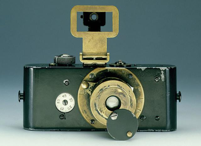 1913- Aparece la primera cámara Leica