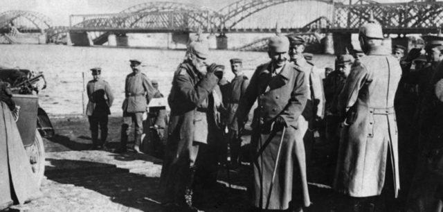 Sakslased Tulid Eestisse, Kommunistid Põgenesid