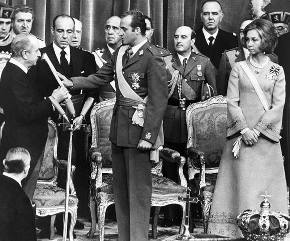 Juan Carlos de Borbón asume la jefatura del estado.
