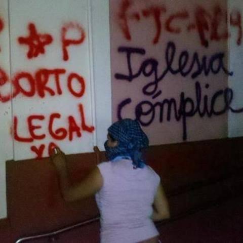 Polémica por las pintadas en la Catedral de Posadas el Día de la Mujer