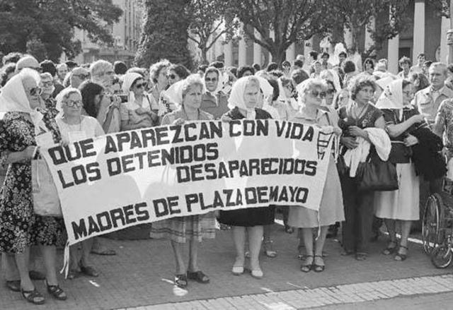 Manifestación de madres de hijos desaparecidos por la dictadura argentina.