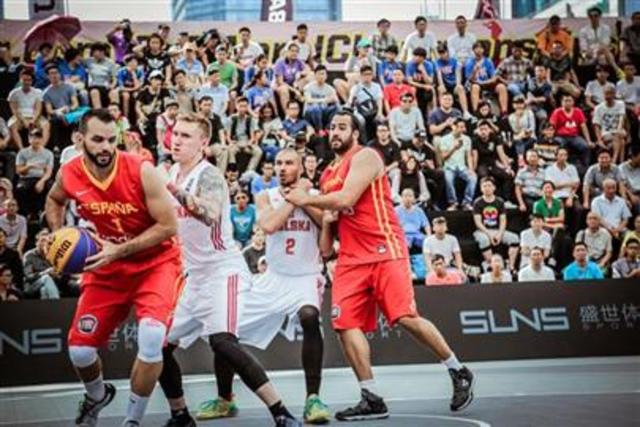 El baloncesto se presenta como el deporte de  exhibición en los juegos olímpicos en Ámsterdam.