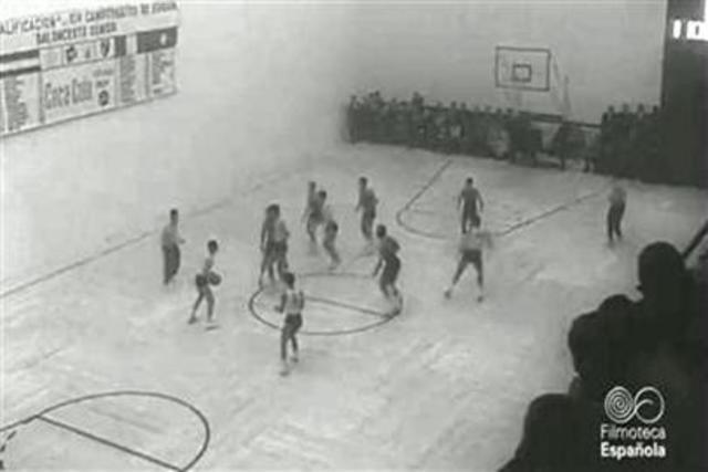 Se retransmite los primeros encuentros de baloncesto por televisión desde el Madison Square Garden.