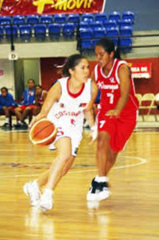 Se intenta crear sin ningún éxito un baloncesto femenino.